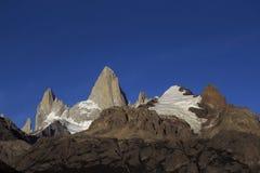 Halni szczyty Kąpać się w świetle słonecznym Błękitny bezchmurny niebo zdjęcia stock