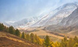 Halni szczyty w chmurach Obrazy Royalty Free