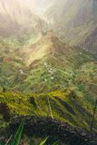 Halni szczyty Xo-Xo dolina w słońcu zaświecają Lokalna wioska w dolinie Wiele agava rośliny r na stromy kamienistym Zdjęcia Stock
