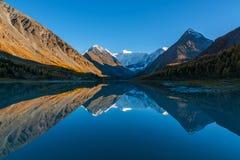 Halny Belukha w odbicia Akkem jeziorze przy zmierzchem Altai góry, Rosja Fotografia Stock