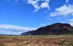 Halny blef za rdzewiejącą podjazd bramą w Kauai Hawaje Obraz Royalty Free