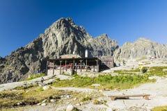 Halny budy Teryho chata, Terinka, Terynka, Schronisko Teryego i turyści przygotowywa, wychodziliśmy na śladach i alpinistach c obraz stock