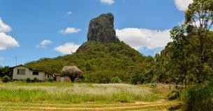 Halny Coonowrin w szkło domu gór regionie w Queensland fotografia stock