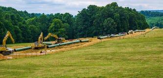 Halny Dolinny rurociąg Używać Ciężkiego budowy wyposażenie - 2 obrazy stock