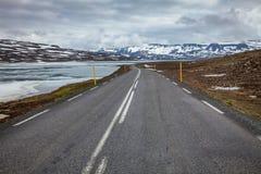 Halny drogowy złączony Egilsstadir z Seydisfjordur w Wschodnim Iceland Scandinavia zdjęcia stock