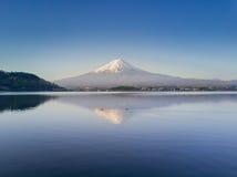 Halny Fuji odbijający w Kawaguchiko jeziorze na jasnym niebie i słonecznym dniu Zdjęcie Stock