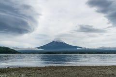 Halny Fuji z burz chmurami przy Kawaguchiko jeziorem Obrazy Stock