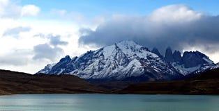 Halny i błękitny jezioro Obraz Royalty Free