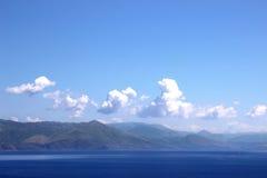 Halny i denny widok Ionian morze i widok na Albania górach Obrazy Royalty Free