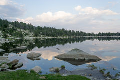 Halny jeziora lustro w Pyrenees Zdjęcie Royalty Free