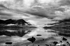 Halny jeziorny czarny i biały, Rosja, Syberia, Buryatiya, Froliha Fotografia Royalty Free