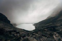 Halny jeziorny Czarny Staw w dramatycznych chmurach - poleruje Tatrzańskie góry fotografia stock