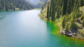 Halny jeziorny Kolsai Piękny widok jezioro w wąwozie obrazy royalty free