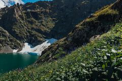 Halny jeziorny Kucherlinskoe od above, Altay, Rosja obrazy royalty free