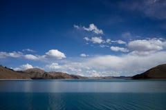 Halny jeziorny niebieskie niebo i chmura Zdjęcia Stock