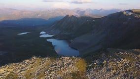 Halny jeziorny widok z lotu ptaka klamerka Piękna panorama halny krajobraz z zadziwiającym stawem Latać quadcopter zbiory wideo