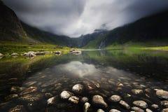 Halny jezioro blisko Eggum w Lofoten wyspach norway lato zdjęcia royalty free