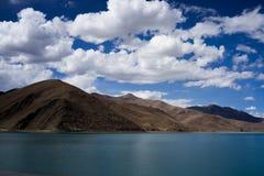 Halny jezioro i chmura Obraz Royalty Free