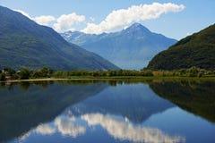 Halny jezioro krajobraz w Włochy Obraz Stock