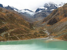 Halny jezioro krajobraz z glacjalnym strumienia dopływem Zdjęcie Royalty Free