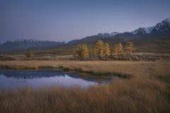 Halny jezioro na tle jesień śnieg i krajobraz nakrywał góry Obraz Stock