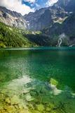 Halny jezioro na tle skaliste góry Zdjęcia Royalty Free