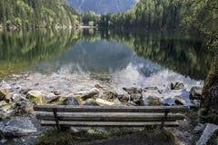 Halny jezioro odbija forrest obraz stock