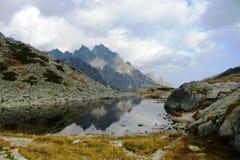 Halny jezioro odbija szczyty zdjęcia stock