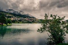Halny jezioro pod ciężkimi chmurami zdjęcie royalty free