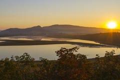 Halny jezioro przy wschodem słońca Zdjęcie Royalty Free