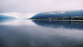 Halny jezioro w austriackich alps Odbicie w wodzie zbiory wideo