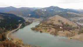 Halny jezioro w chmurnej pogodzie usuwał od trutnia Piękny jesień krajobraz z lasem i górami zbiory wideo