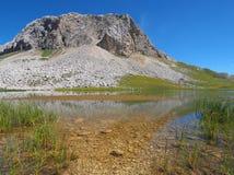 Halny jezioro w dolomitach zdjęcia royalty free