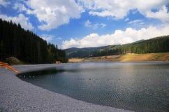 Halny jezioro w Karpackich górach przeciw niebieskiemu niebu z chmurami fotografia stock