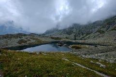 halny jezioro w późnym lecie w Slovakian Karpacki Tatrzańskim fotografia stock