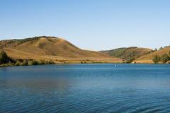 Halny jezioro wśród wzgórzy Krajobraz Obraz Royalty Free