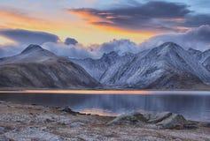 Halny jezioro w wczesnym poranku Fotografia Royalty Free