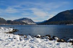 Halny jezioro w zimie Fotografia Royalty Free