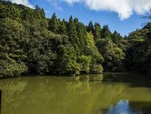 Halny jezioro z jasnym niebieskim niebem Obrazy Stock