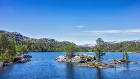 Halny jezioro z małymi kamiennymi wyspami Zdjęcia Royalty Free