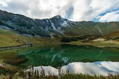 Halny jezioro z odbiciem chmury i niebo obraz stock