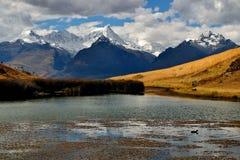 Halny jezioro z snowed szczytami Obrazy Stock