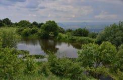 Halny jezioro z wodnymi lelujami Fotografia Royalty Free