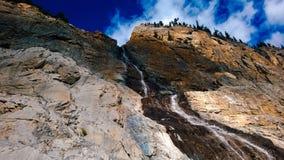 Halny kołysanie się nad światłem słonecznym i chmury spadamy kaskadą góra wodnego spadek Zdjęcia Royalty Free