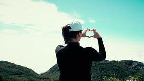 Halny kochanek, kobieta przy wierzchołkiem góry przedstawienia serca znak zbiory