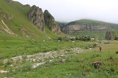 Halny krajobraz strzela w górskiej wiosce Laza zdjęcia royalty free