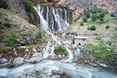 Halny lasowy siklawa krajobraz Kapuzbasi siklawa w Kayseri, Turcja Obraz Stock