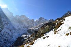 Halny natury niebieskiego nieba drewno chmurnieje śnieżnego odruch Fotografia Stock