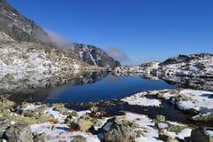 Halny natury niebieskiego nieba drewno chmurnieje jeziornego odruch obraz royalty free