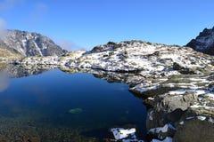 Halny natury niebieskiego nieba zieleni parka drewno chmurnieje jeziorny refleksowy ładnego fotografia stock